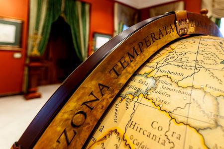 Des continents et des océans : voyage au pays des globes terrestres